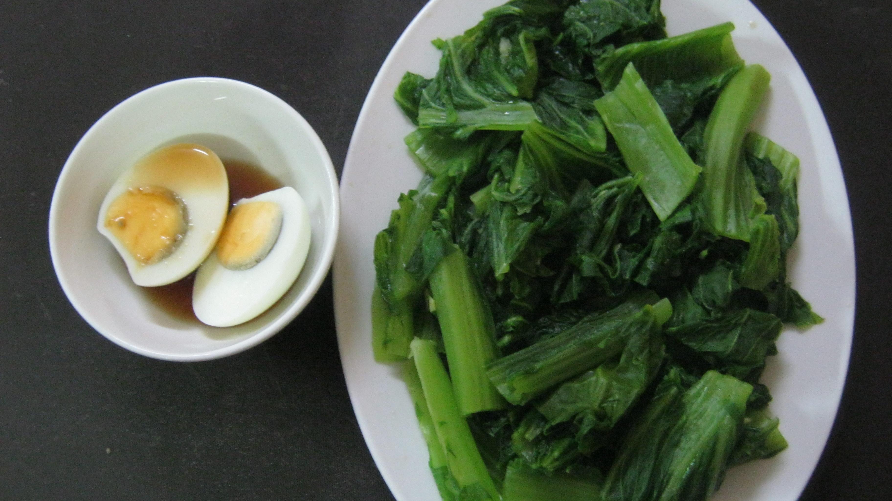 Cải xanh luộc chấm trứng